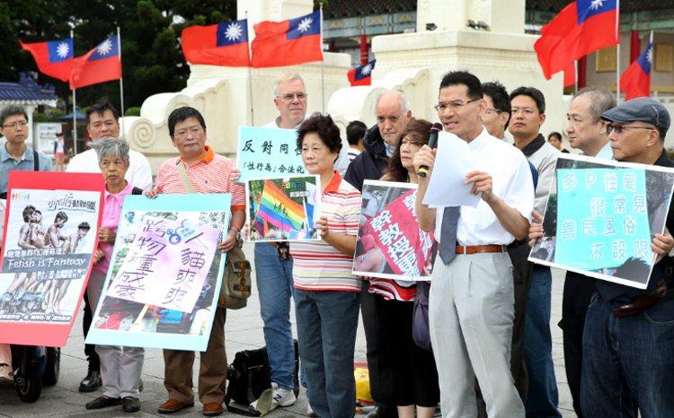 護家盟祕書長張守一(右四)強調堅持反對同志文化、同志婚姻的立場。 聯合報系資料照