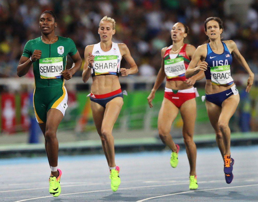 里約奧運女子800公尺金牌得主南非的Caster Semenya(左一)的雌雄莫辨一直是爭議的焦點,國際田協與奧委會對於她以及其他跨性別運動員做出過不同的判例。 圖/美聯社