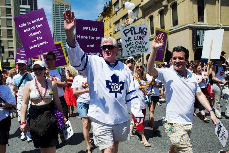 前多倫多楓葉隊總經理Brian Burke(中)參加同志遊行,並紀念他過世的同志兒子Brendan。 圖/路透社,攝於2011年