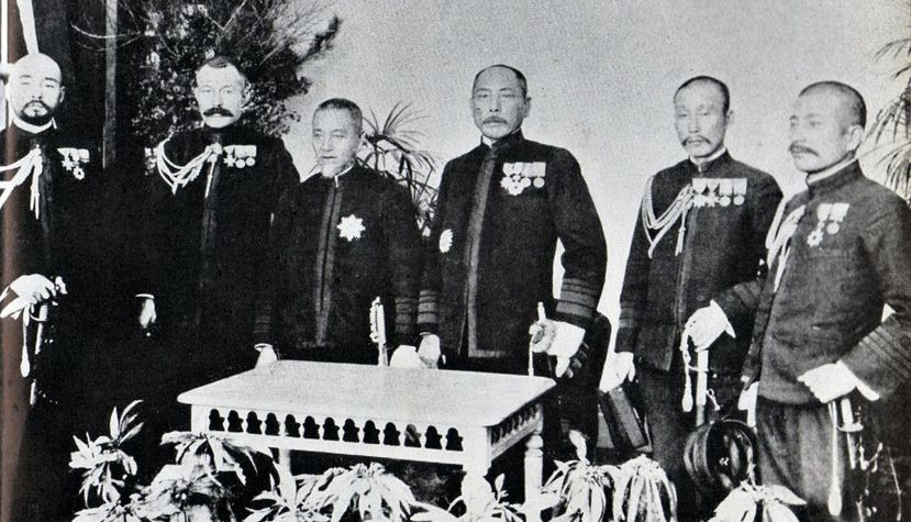 日俄戰爭時期,待在「軍神」東郷平八(右四)身邊的傳奇參謀秋山真之(右一),與戰史...