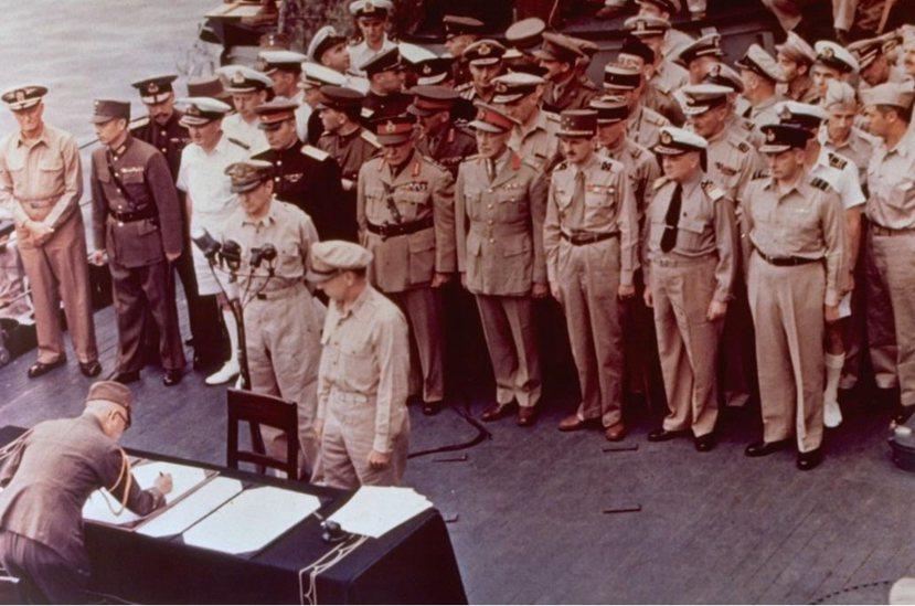降伏文書:日本帝國陸軍參謀總長梅津美治郎(簽署者)代表帝國大本營在降書上簽字;對...