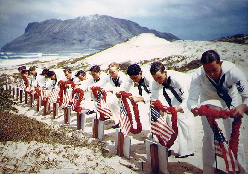 戰亡的美國士兵,在珍珠港事變後一天(12月8日),依夏威夷當地傳統下葬。 圖/美...