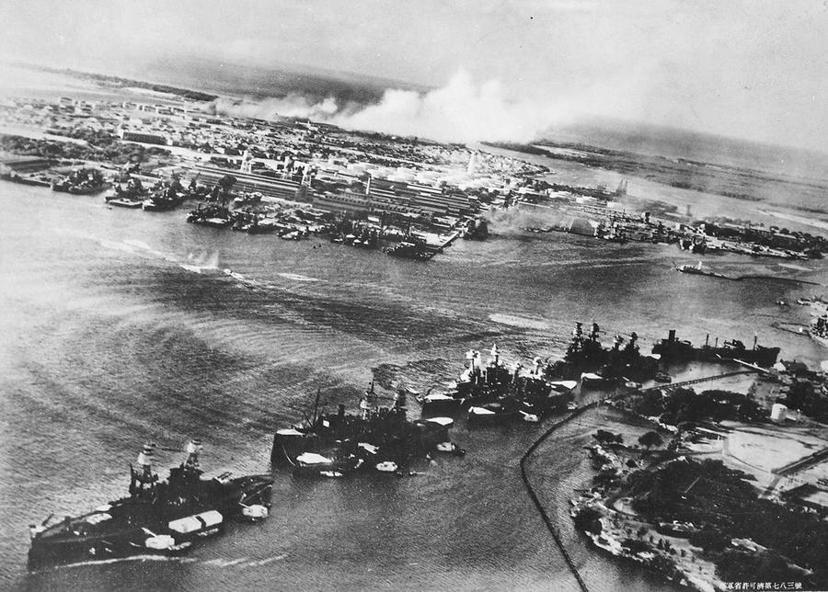 突襲珍珠港一隅,從希凱姆空軍基地(Hickam AFB)俯瞰。 圖/美國海軍