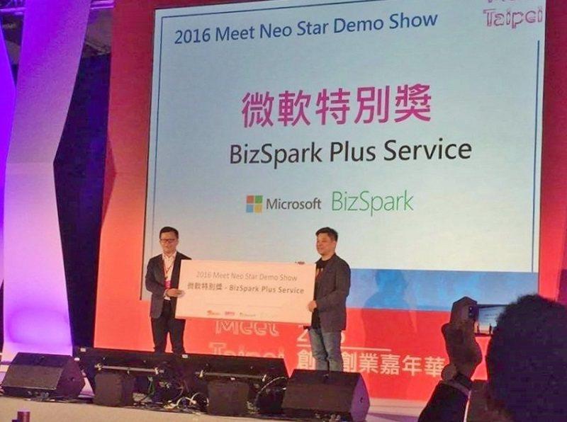 推手媒體日前獲得微軟特別獎,負責當天英文簡報的謝侑霖(右)喜不自勝。 推手媒體/...