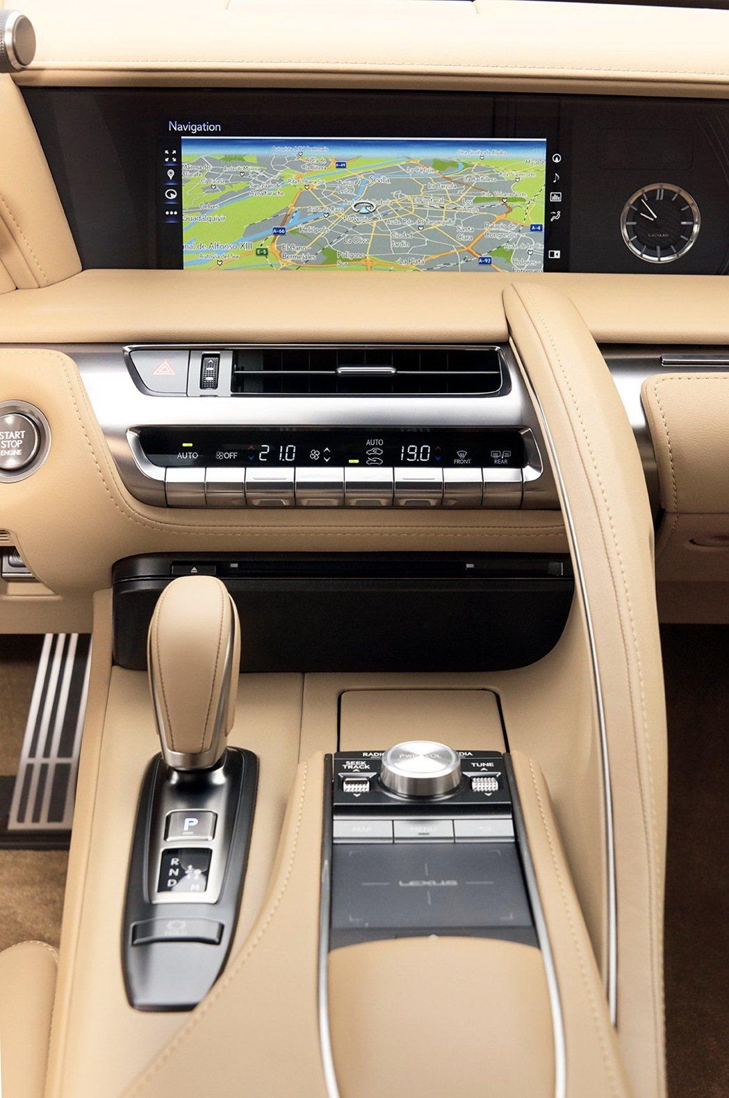 中控台及中央鞍座頗有與經典車款LFA致敬的感覺,並維持Lexus一貫的科技感。 圖/Lexus提供