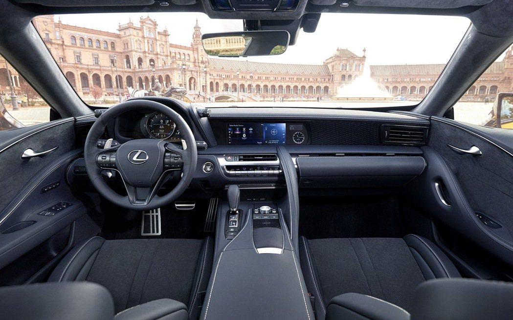 車室營造豪華氣息,運用大量真皮以及麂皮材質鋪陳內裝,中控台螢幕與副駕駛座前方面板營造出獨特氣勢。 圖/Lexus提供
