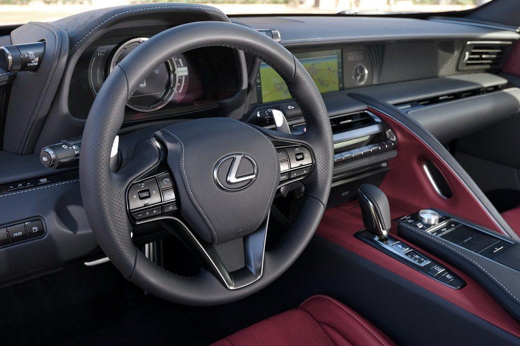 全新三輻式方向盤,搭配換檔撥片,輔助力道適中,適合不同族群駕馭。 圖/Lexus提供