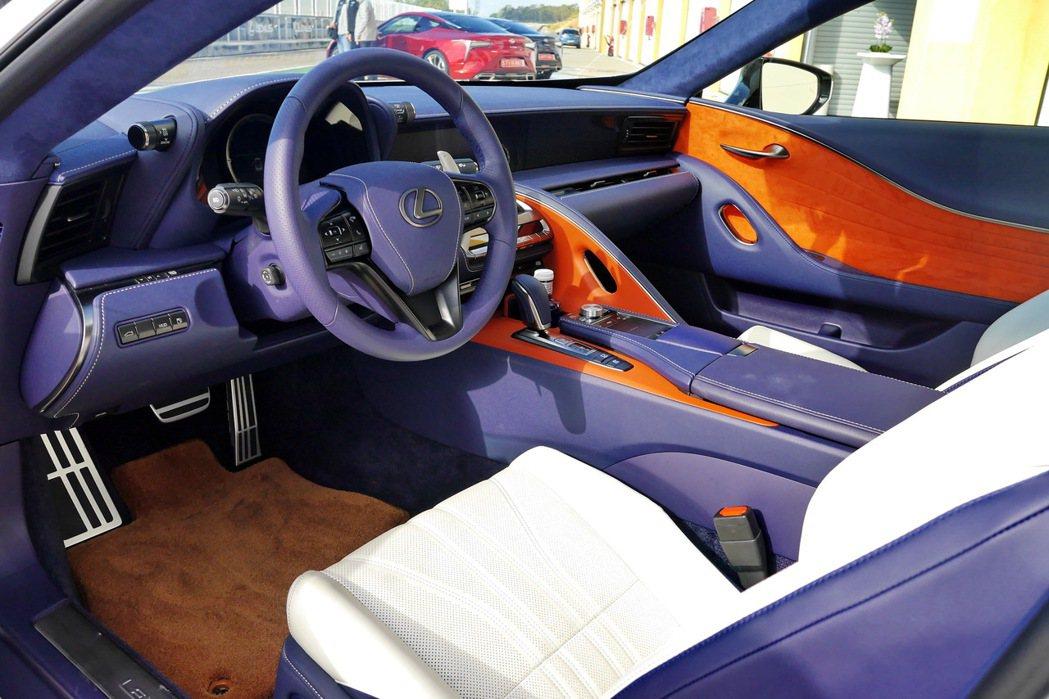 LC車系除了有豐富的車色外,內裝也有包括黑色、酒紅色及相當特別的Breezy Blue等多種選擇。圖為筆者至西班牙參與全球媒體試駕時拍攝。 記者陳威任/攝影
