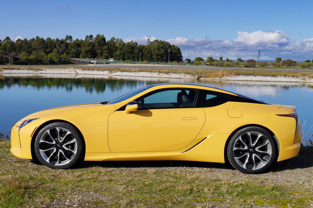 扁平的車身線條搭配上懸浮式車頂設計,頭窄身寬的外型設計頗具特色。 記者陳威任/攝影