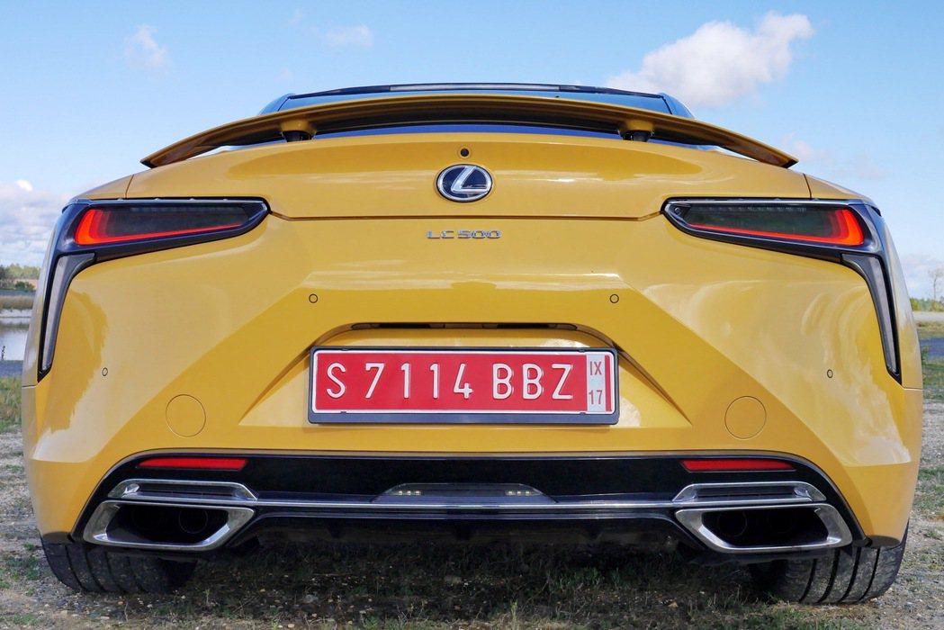 車尾除了充滿層次感設計外,尾燈周圍充滿鈑件雕刻感,並運用多元材質設計,具層次感的L型尾燈則頗具科技感。 記者陳威任/攝影