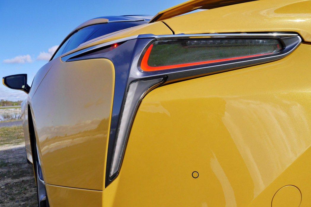 LC的尾燈設計充滿視覺張力。 記者陳威任/攝影