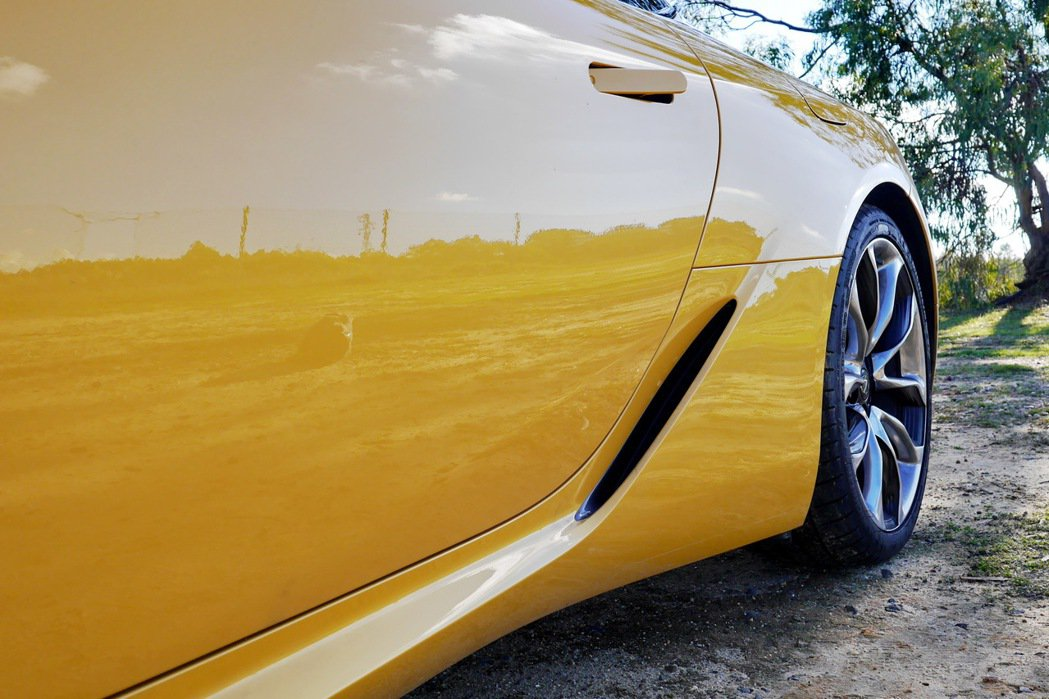 LC車系在空氣力學設計上相當用心,通風孔有助改善風阻穩定性和冷卻。 記者陳威任/攝影
