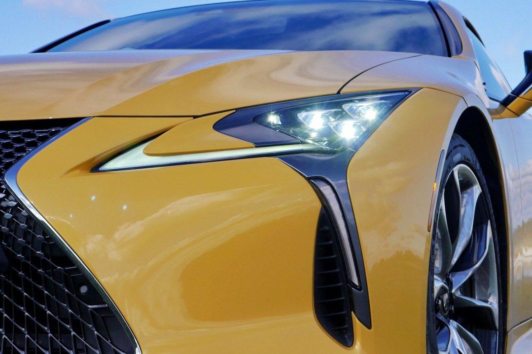 頭燈組的設計與配置,展現了Lexus設計師的匠心獨具。 記者陳威任/攝影