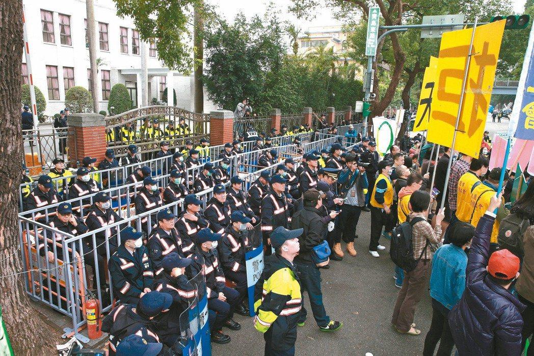 一例一休「勞基法」昨天三讀;立院內外上千警力以人牆與圍籬設置三道防線。 記者黃義...