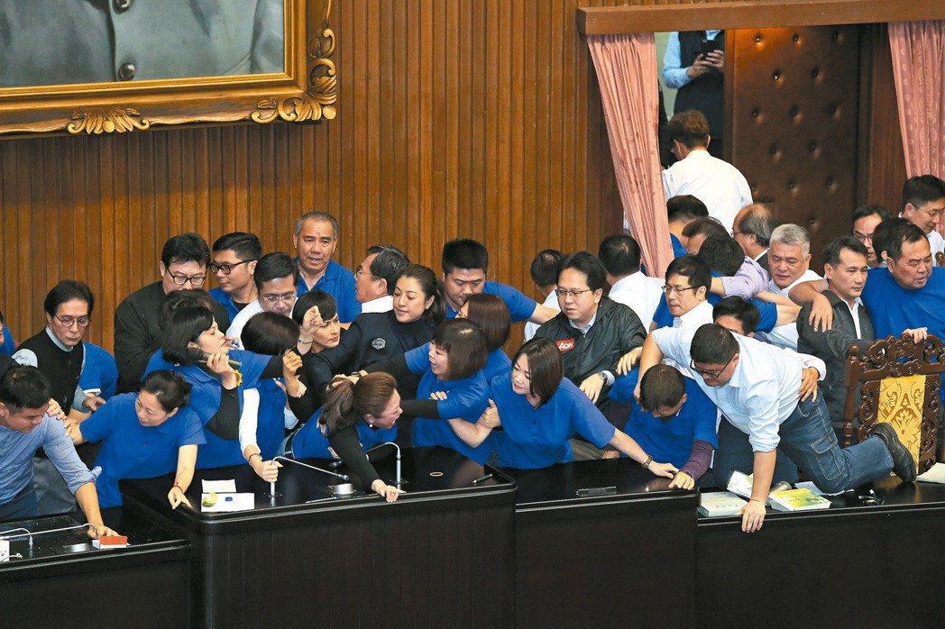 民進黨立委攻入被國民黨霸占的主席台,雙方衝突推擠。 記者林澔一/攝影