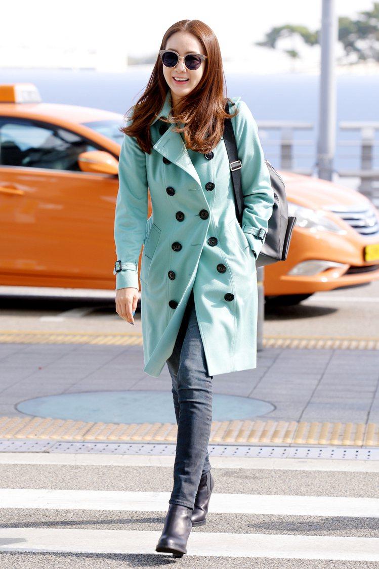 崔智友將薄荷綠喀什米爾風衣穿出年輕的活力與朝氣。圖/BURBERRY提供