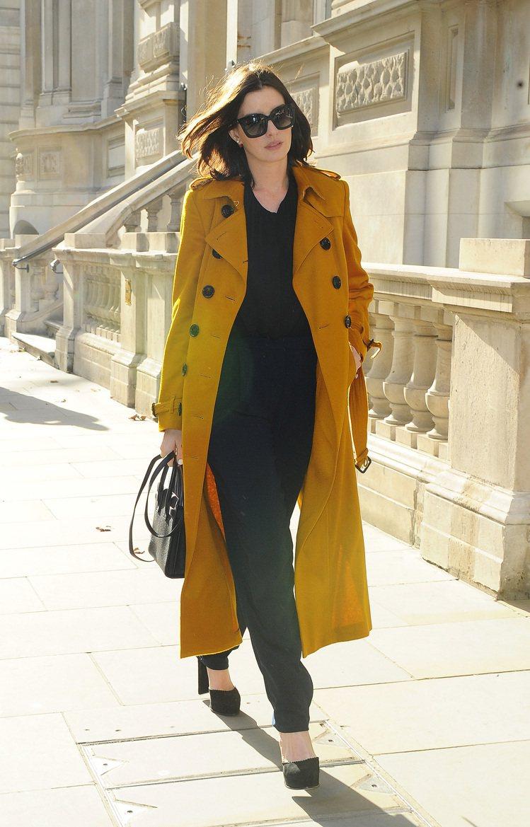 安海瑟威僅以一件色彩跳脫的大衣搭配休閒服,就展現明星風采。圖/BURBERRY提...