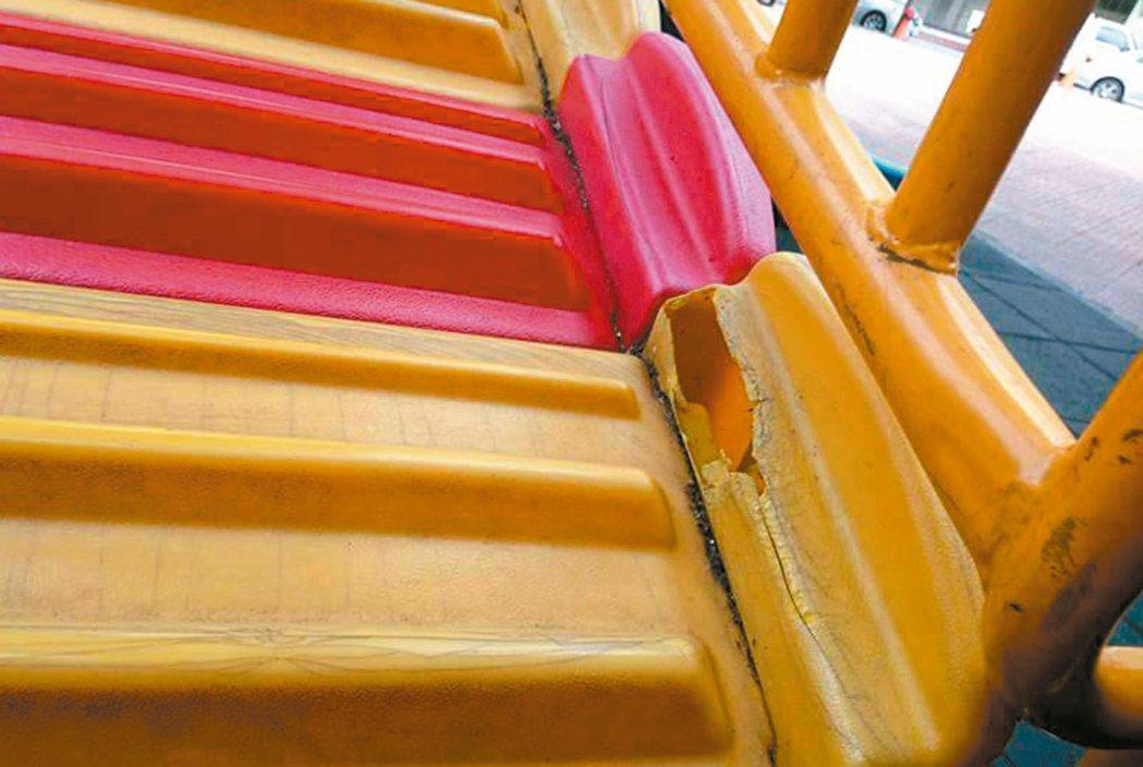 吉林公園兒童遊戲區部分設施老舊損壞、踏板破洞,還因此造成幼兒玩耍受傷。 圖/里長...