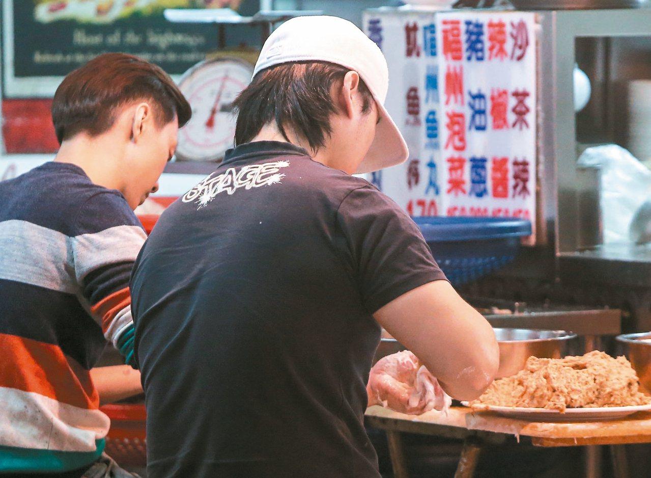 台灣大學生、高中生背學貸的人數逐年增加,出社會後又面臨低薪環境,不僅成了「貧困世...