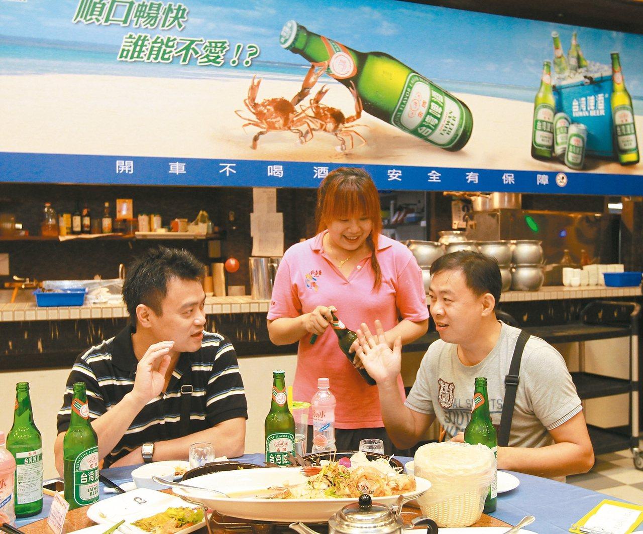 交通部鎖定有販售酒類餐廳,提供酒測器給民眾使用,酒測值超標餐廳人員會勸導不要開車...