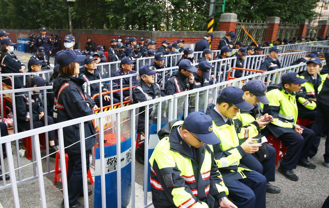 一例一休「勞基法」6日三讀;立院內外上千警力以人牆與圍籬設置三道防線,防止抗爭群...