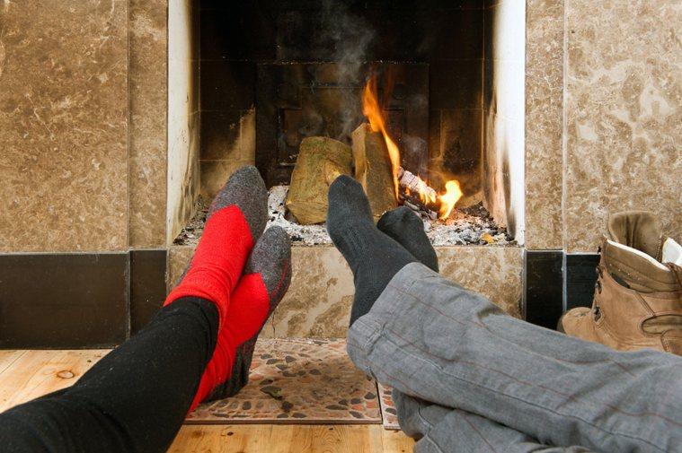 容易四肢冰涼的女性應該考慮夜晚睡覺的時候穿著襪子戴著手套入眠。 圖/ingima...