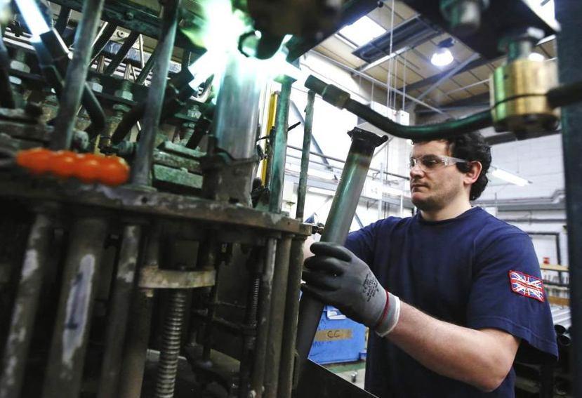 英國製與純手工打造的職人精神,才是小布成功的關鍵。圖為小布在倫敦西區的工廠。 圖...