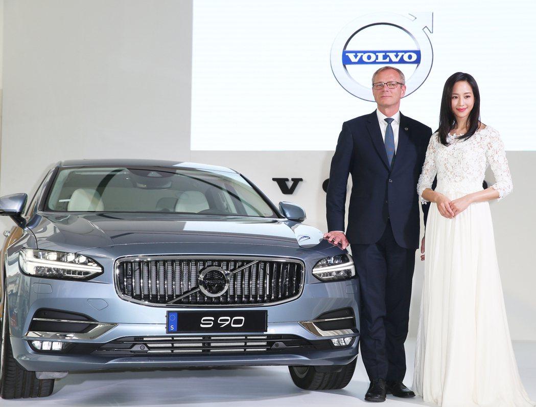藝人張鈞甯(右)出席 The New Volvo S90 新車發表會,與VOLV...