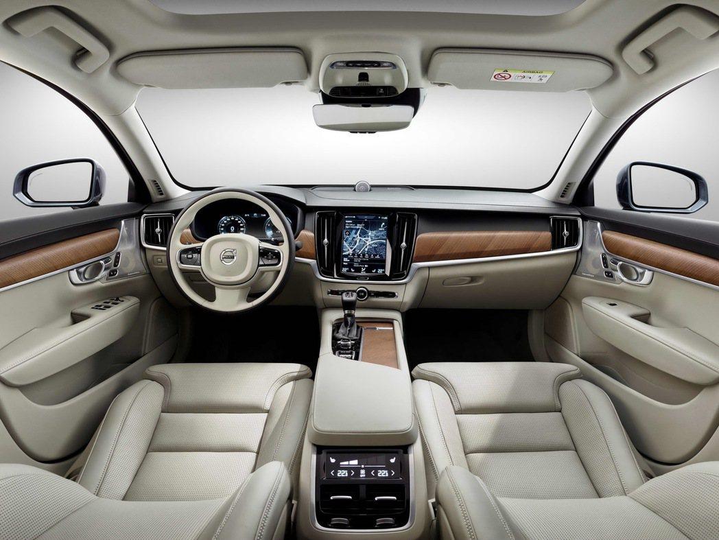 Volvo S90以水平式中控設計延伸放大車艙空間的視覺感,簡約質樸的線條充份展...