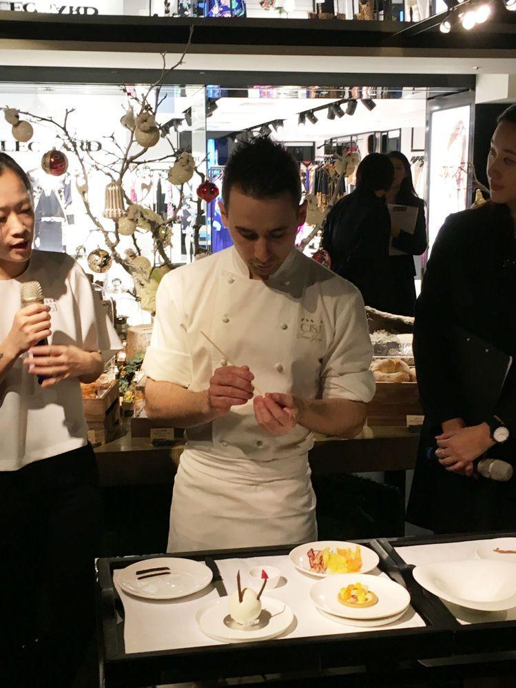 「CJSJ」法籍甜點主廚Soriano Joaquin示範裝飾甜點。圖/記者吳曉...