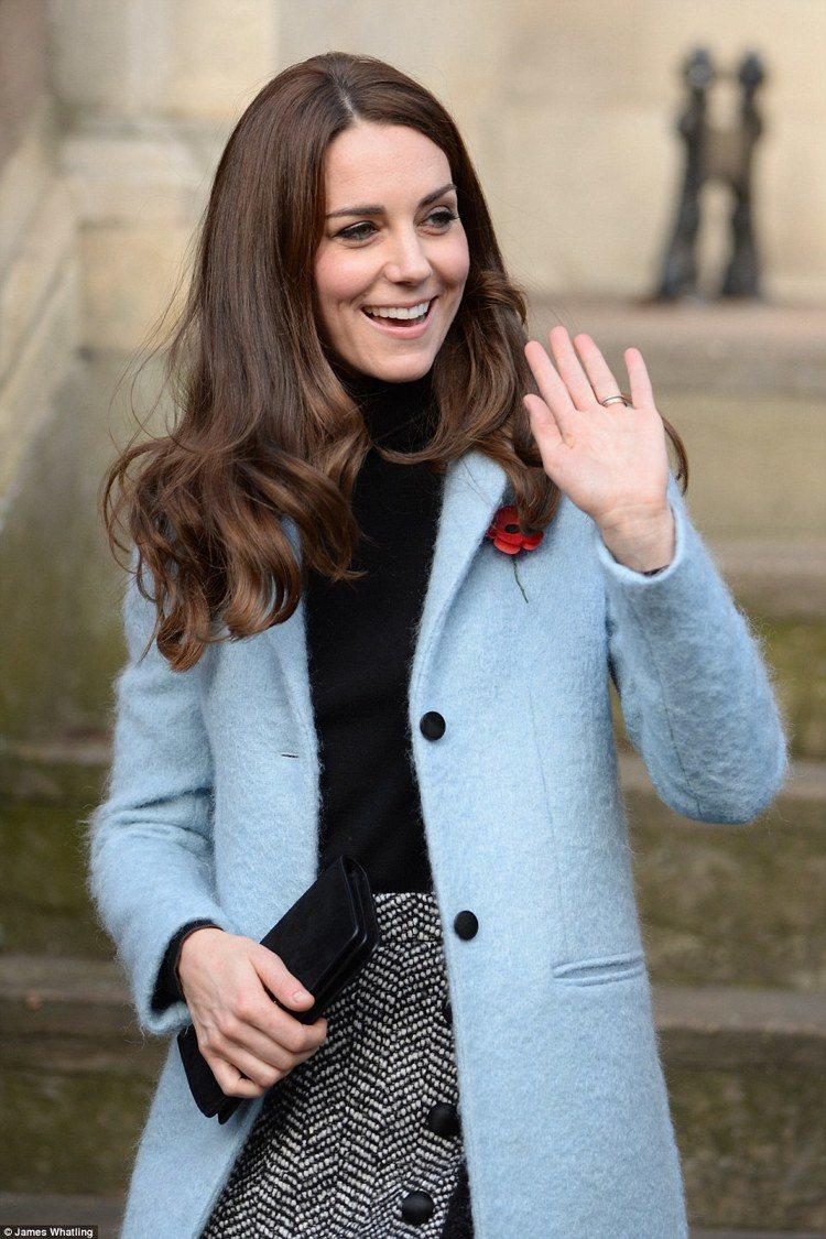 凱特王妃穿英國輕奢品牌Murberry藍色外套,混搭Dolce & Ga...