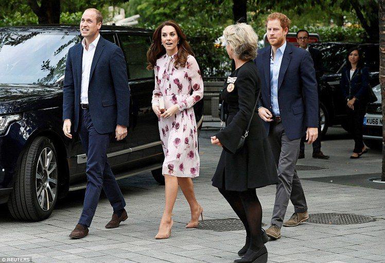 凱特王妃穿Kate Spade印花洋裝,展現優雅時尚。圖/路透