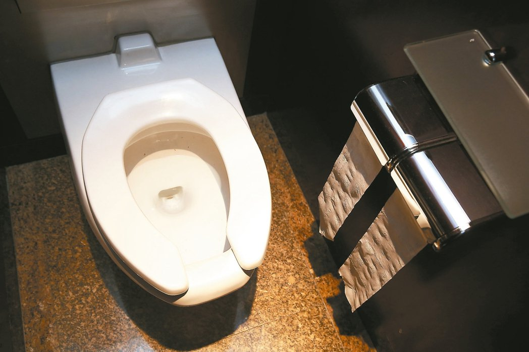 環保署長李應元宣示,用過的衛生紙丟進馬桶,不要丟垃圾桶。 聯合報系資料照