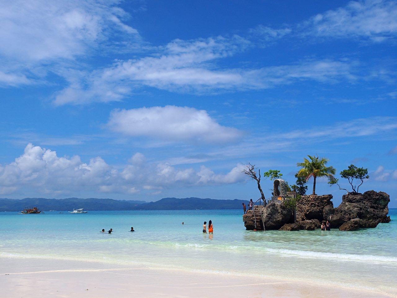 長灘島沙灘細緻,還可見到著名的聖母礁岩。圖/品冠旅遊提供