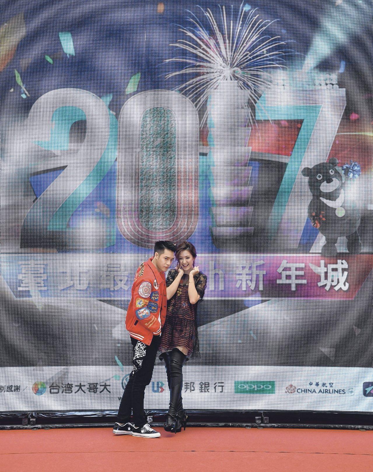 藝人周湯豪(左)、安心亞(右)擔任跨年活動大使。 中央社