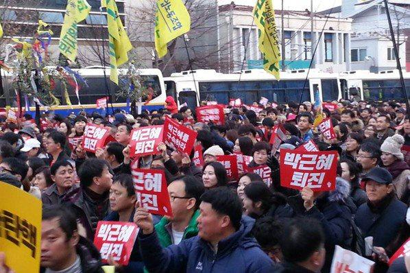 民調:逾8成南韓民眾 贊成彈劾朴槿惠