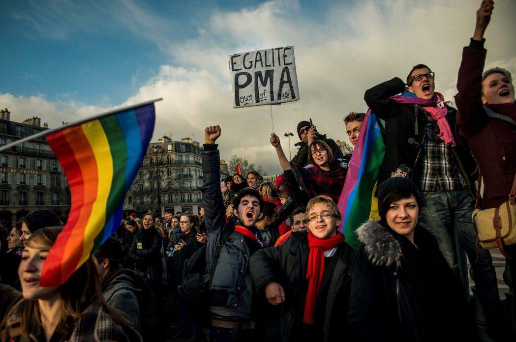2013年1月,巴黎的同志平權遊行者,舉著「平等,我也要」的看板,但板上大寫的「...
