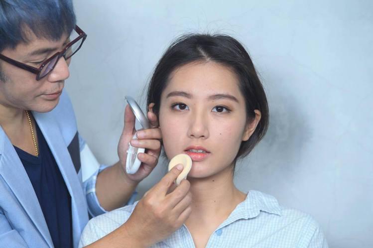 重點步驟五:用蜜粉輕拍唇部外緣,打造粉霧質感。記者陳瑞源/攝影