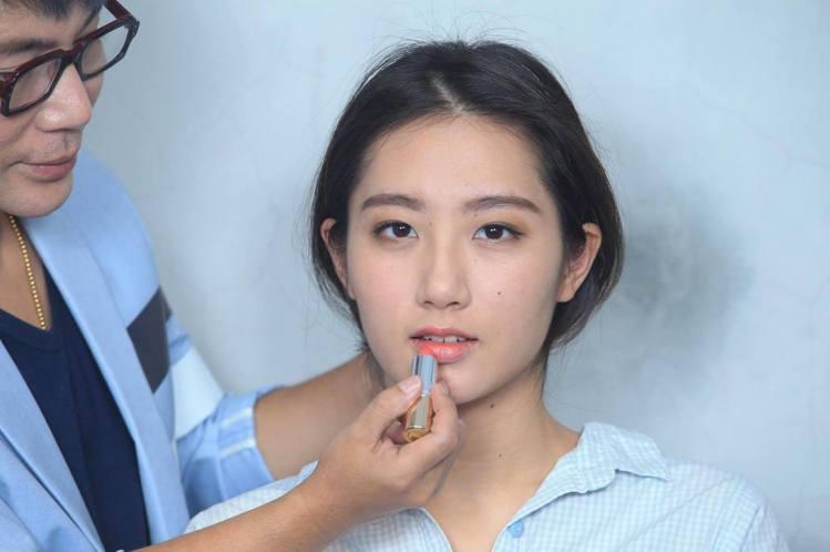 重點步驟四:粉橘色系唇膏直接塗抹在唇部中央,用指腹輕拍向外暈染。記者陳瑞源/攝影