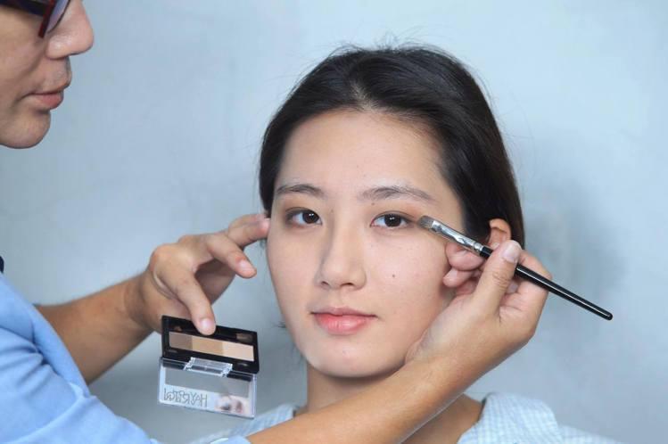 重點步驟一:眼影使用3色眉粉餅或大地色系眼影,最淺色做大面積暈染。記者陳瑞源/攝...