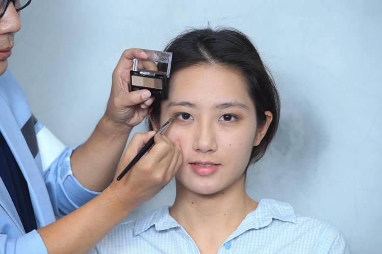 重點步驟二:深色眼影緊貼睫毛根部順著眼型描繪,畫出眼妝層次感。記者陳瑞源/攝影