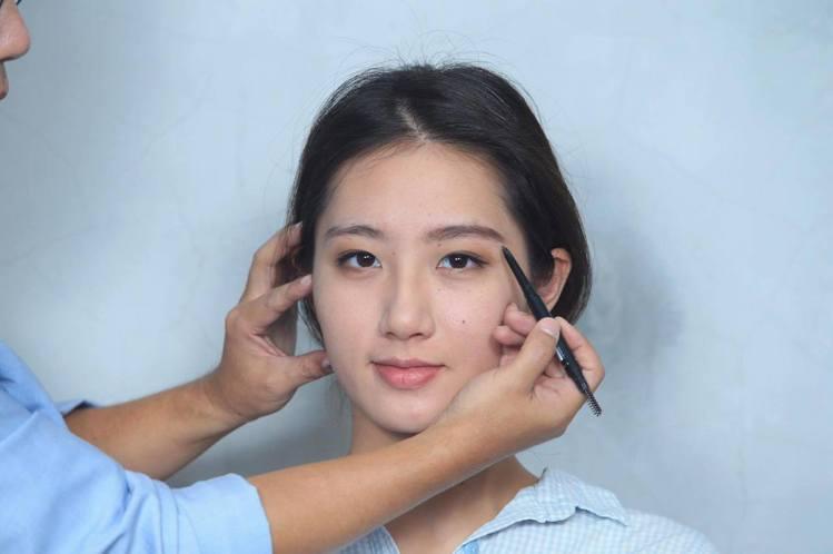 重點步驟三:眉彩膠筆沿著毛流方像根根描繪,並用眉刷自然暈染;眉尾平拉後稍微向下增...