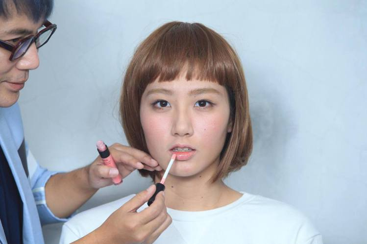 重點步驟四:唇彩選用裸粉色或蜜桃色唇蜜,將唇刷豎直上色。圖/記者陳瑞源攝影