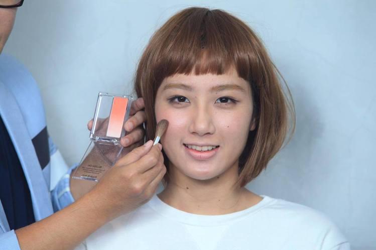 重點步驟三:臉頰笑肌處大面積刷上粉色系腮紅,可延伸至眼下位置,打造可愛好氣色。圖...