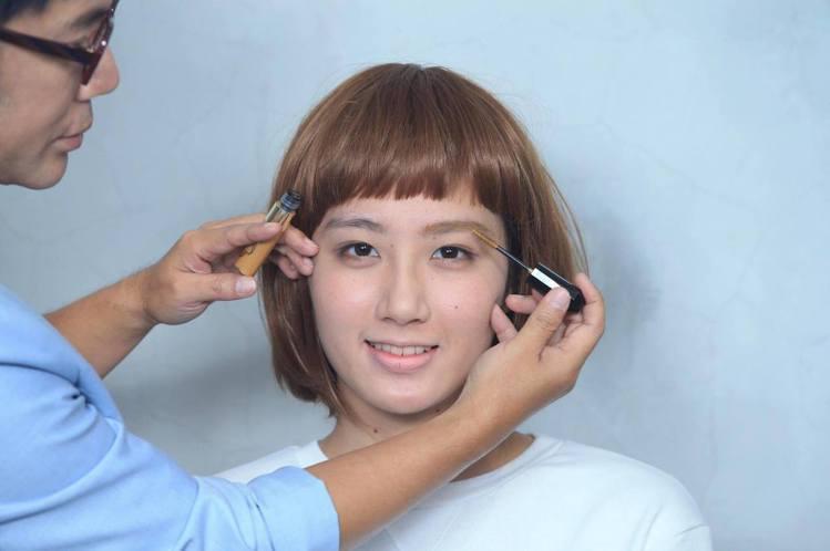 重點步驟一:以接近髮色與瞳孔顏色的染眉膏刷順眉型,再以同色系的眉粉筆修飾。圖/記...