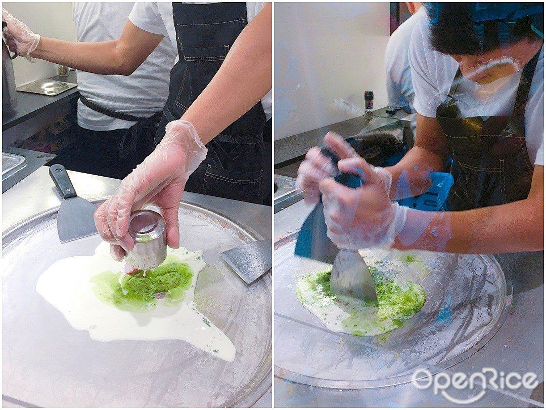 ▲冰捲製作過程,以雙鏟快速低溫混合冰料。