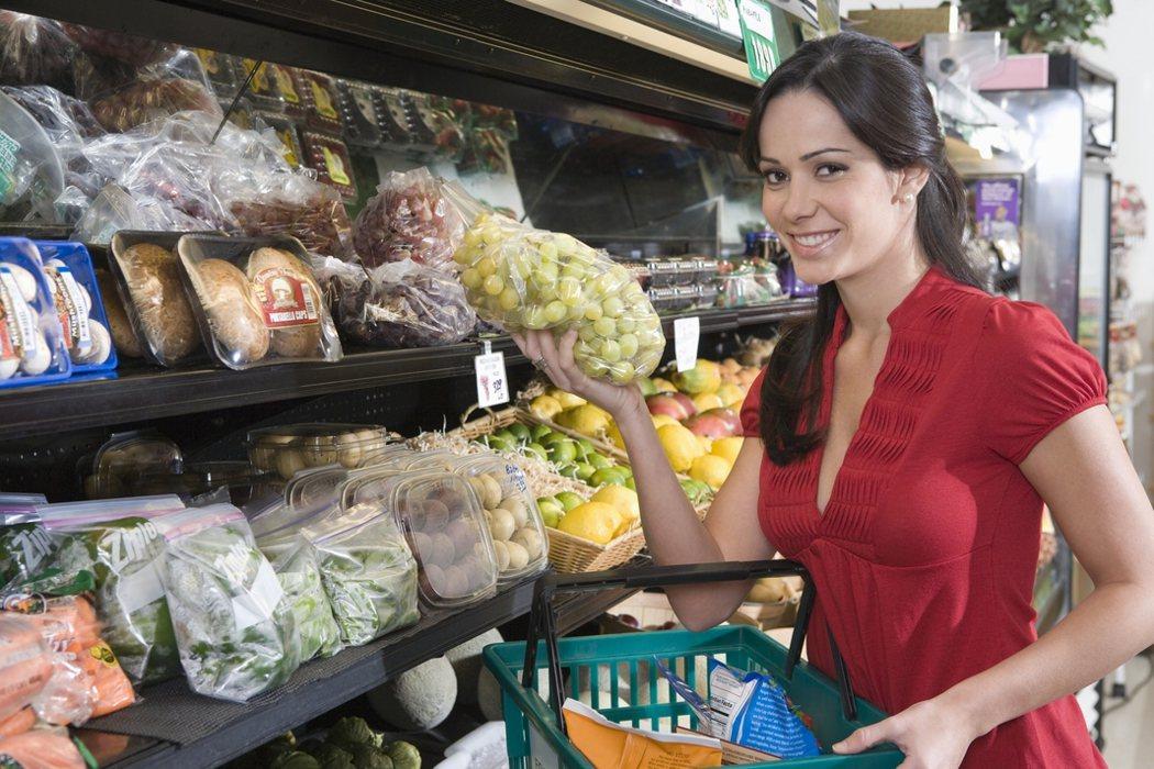 法國去年立法禁止超市丟棄食物、必須轉捐給慈善團體後,解決零售通路大量丟棄下架食品...