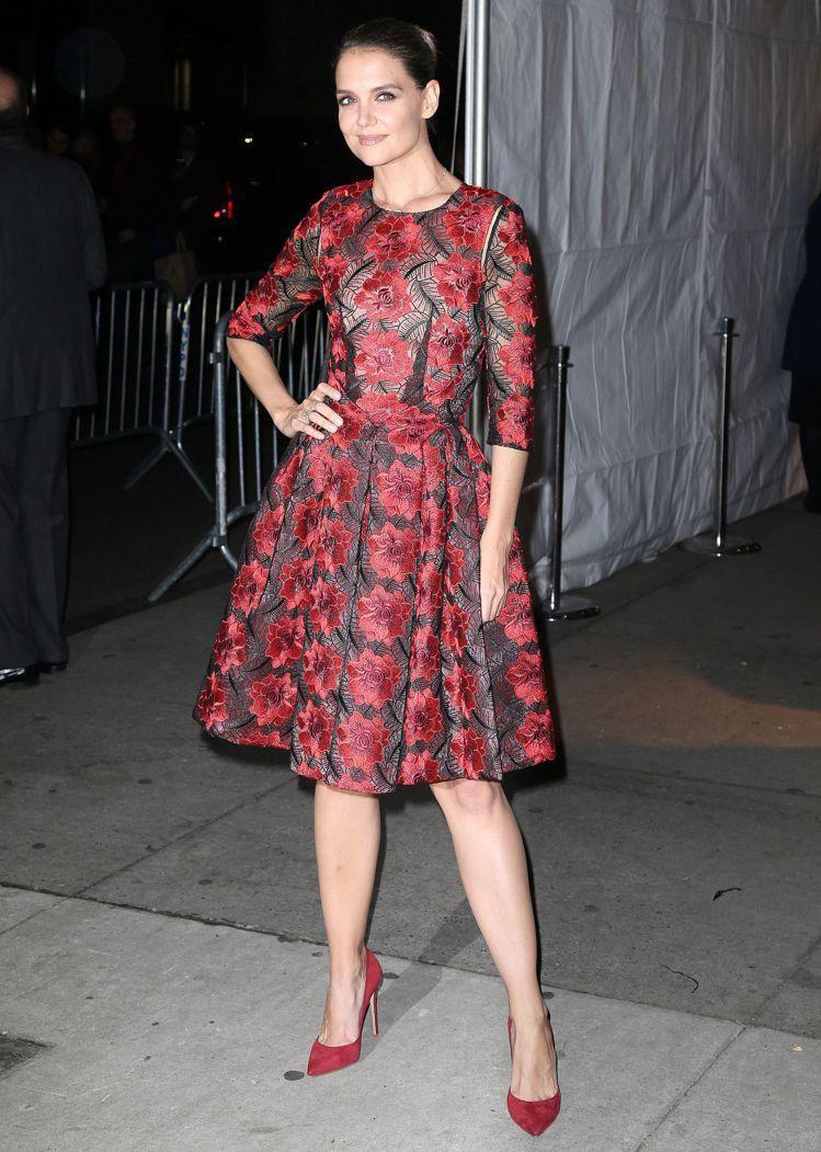 凱蒂荷姆斯穿出大紅花卉的俏麗。圖/取自CelebMafia-
