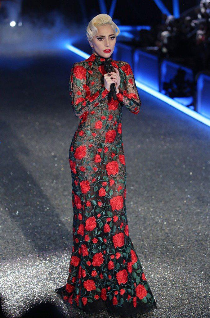 Lady Gaga詮釋出YolanCris玫瑰蕾絲花長禮服的氣派與精緻。圖/Le...