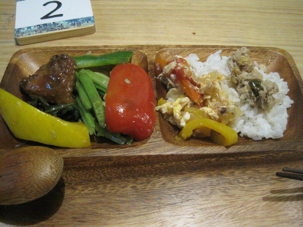 七喜廚房每天有不同菜色,客人拿著號碼牌自己挑菜,隨意給錢。 記者游振昇/攝影